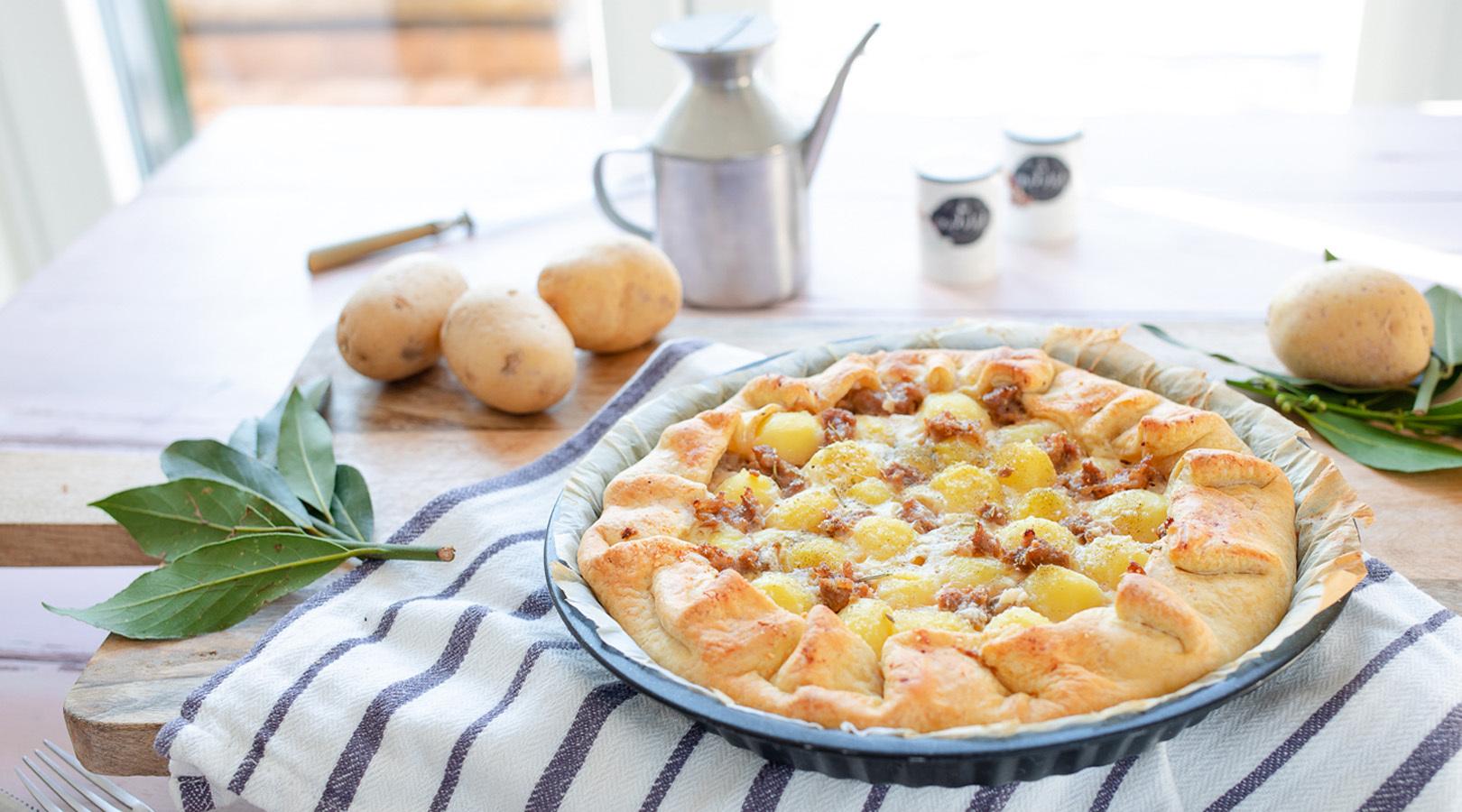 Torta salata con patate novelle e salsiccia