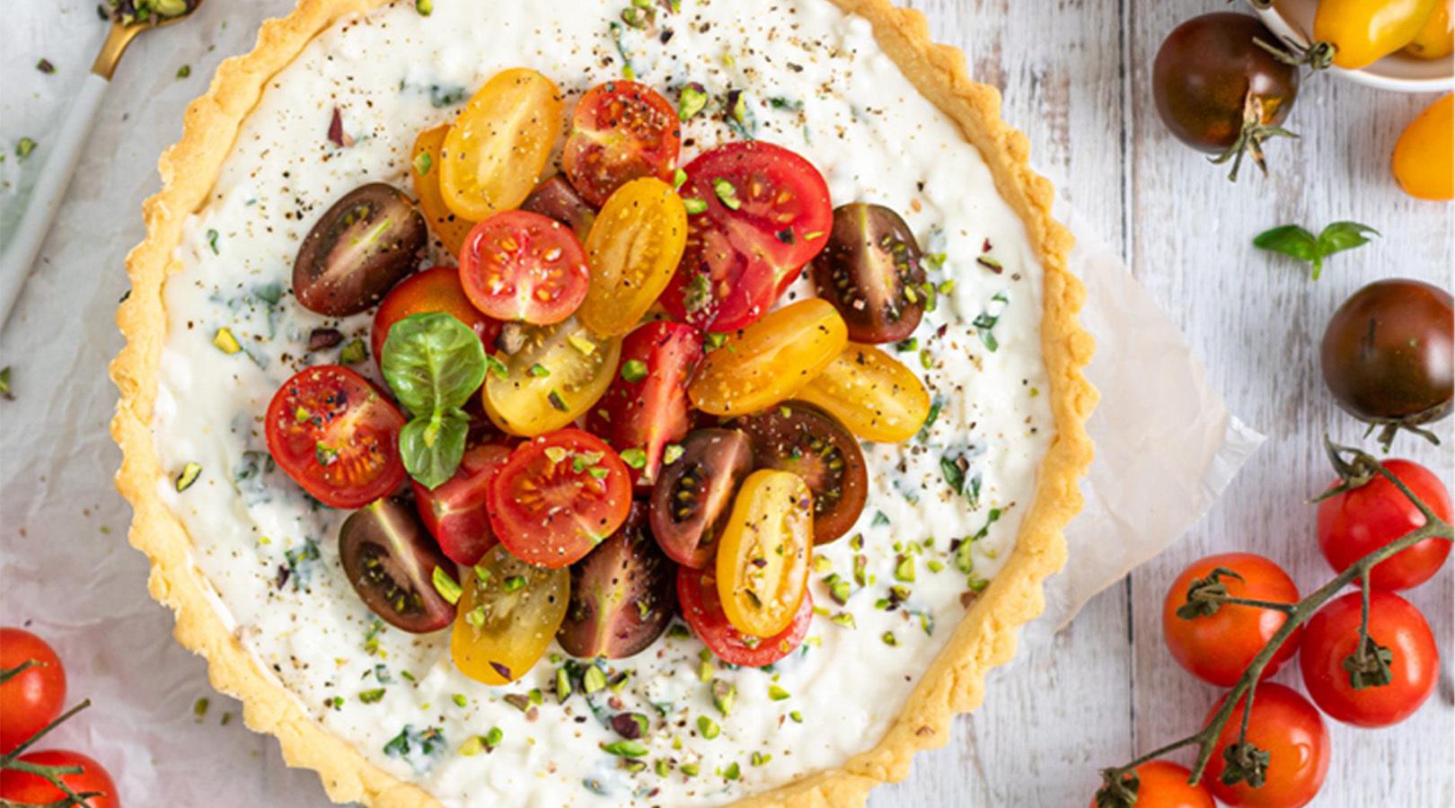 Torta salata con squacquerone alle erbe e pomodorini